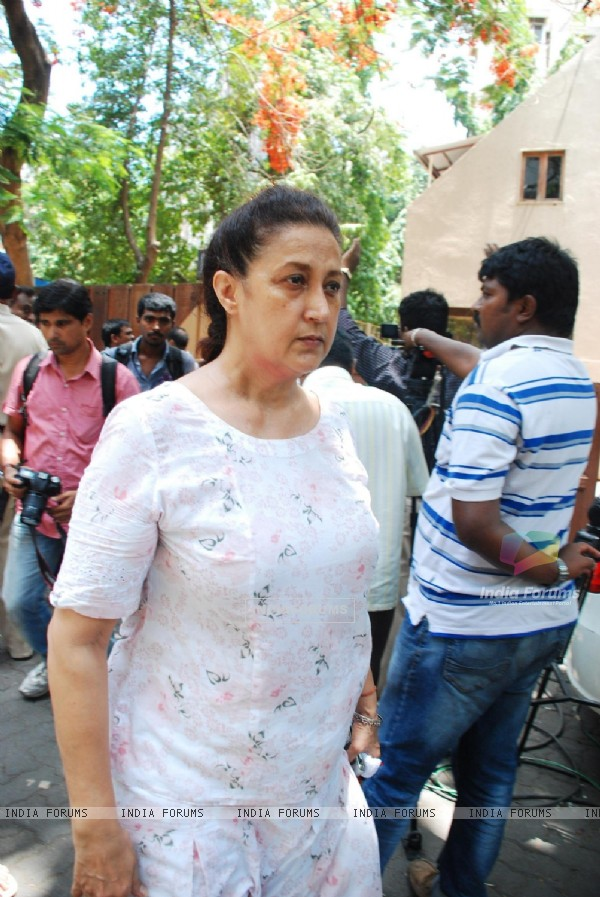 Nazi, wife of actor Ranjeet Visits Jia Khan's Residence at Juhu