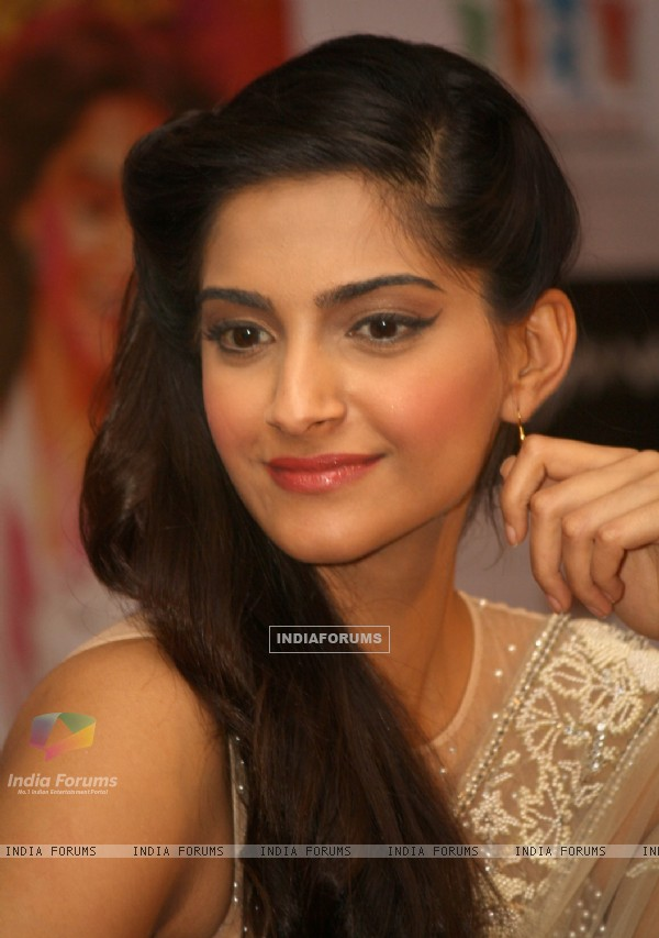 Sonam Kapoor at the press meet for the film 'Raanjhanaa' in New Delhi