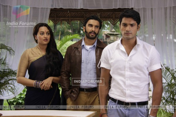 Mrunal Jain, Ranveer Singh and Sonakshi Sinha On the sets of Uttaran to promote the film Lootera