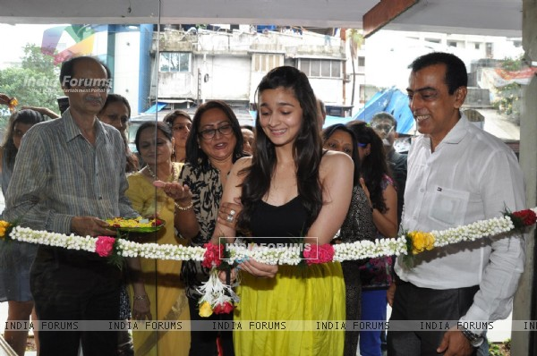 Alia Bhatt inaugurate the painting exhibition Splassh