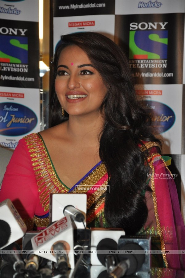 Sonakshi Sinha at Film Lootera Promotion at Indian Idol Junior