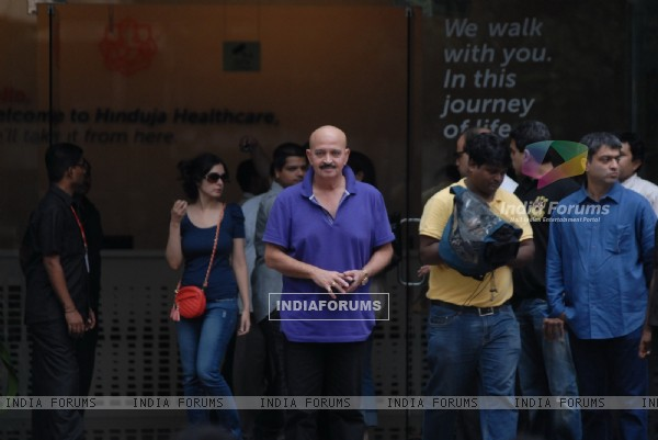 Rakesh Roshan visits Hrithik Roshan at Hinduja hospital