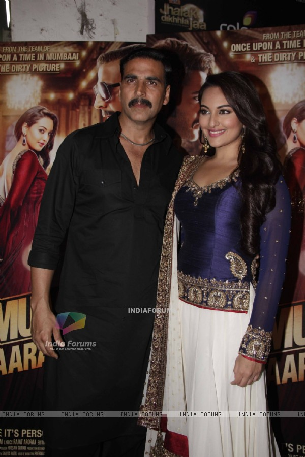 Akshay Kumar & Sonakshi Sinha on the sets of Jhalak Dikhlaja