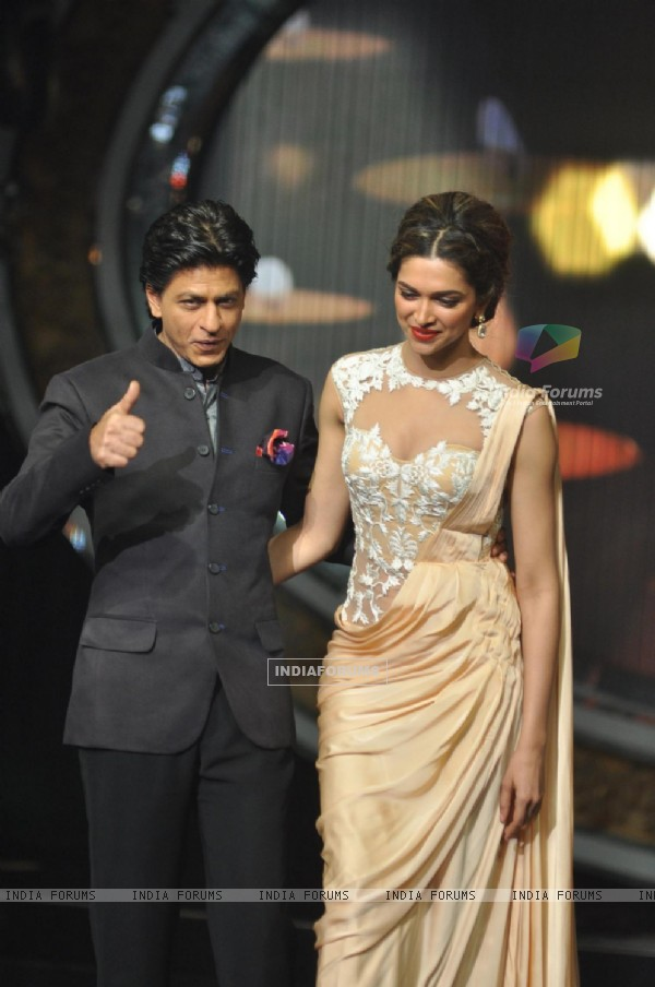 Shah Rukh Khan and Deepika Padukone at Film Chennai Express Promotion at Indian Idol Junior Set