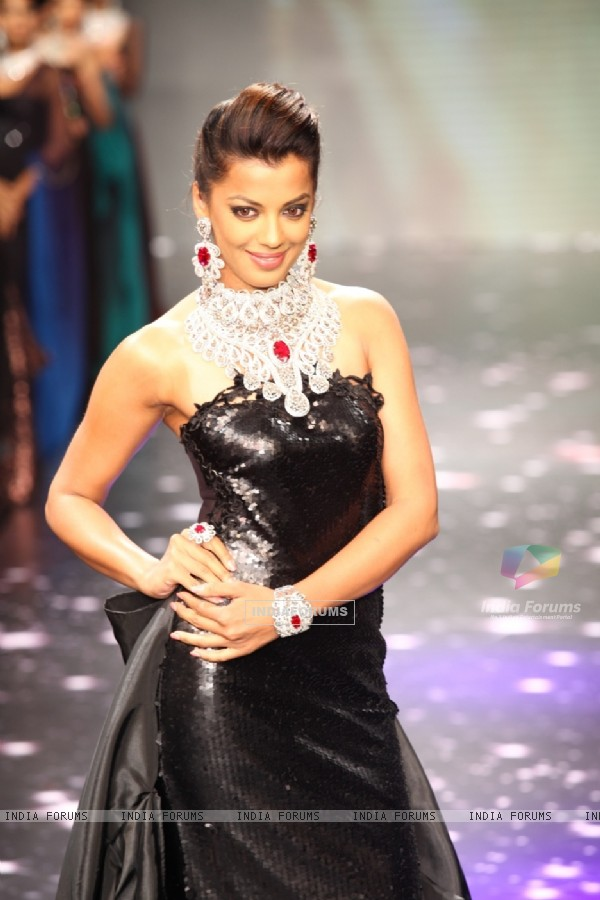 Mughda Godse Walking the ramp for Dwarkadas Chandumal Jeweller at India International Jewellery Week