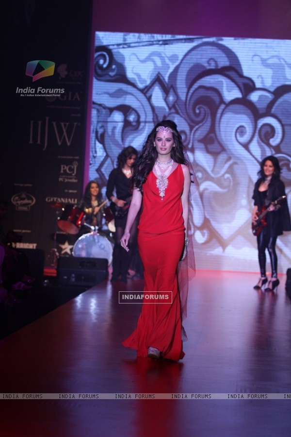 Evelyn Sharma showstopper for Gehna show at IIJW 2013