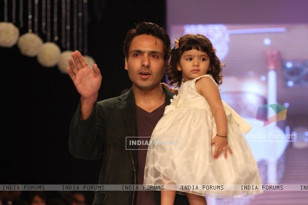 Iqbal Khan walk the ramp for Gitanjali Gems at IIJW 2013