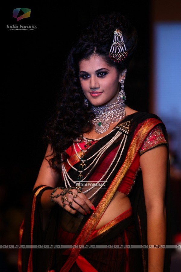 Moni Agarwal show at IIJW 2013
