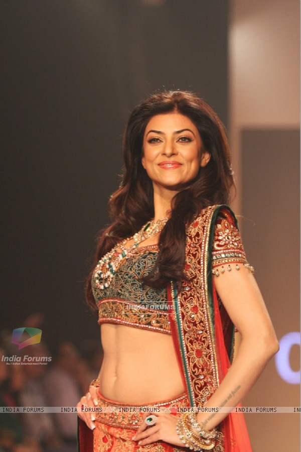 Sushmita Sen showstopper for Charu Jewels at IIJW 2013