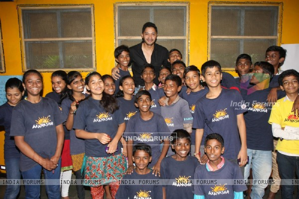 Shreyas Talpade with the NGO Akanksha's children