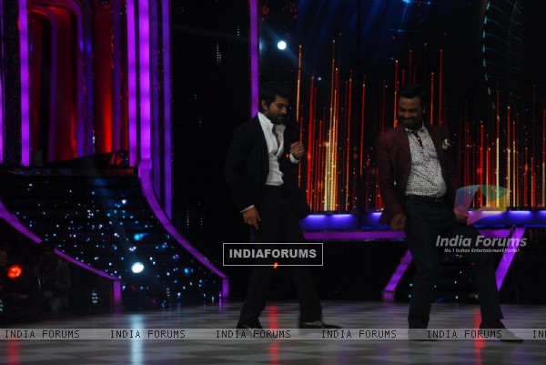 Ram Charan matches his moves with Remo D'souza  at Jhalak Dikhhla Jaa