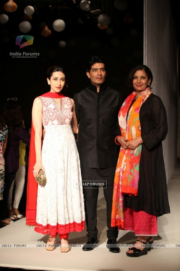 Manish Malhotra with Karisma Kapur and Shabana Azmi at LFW 2013