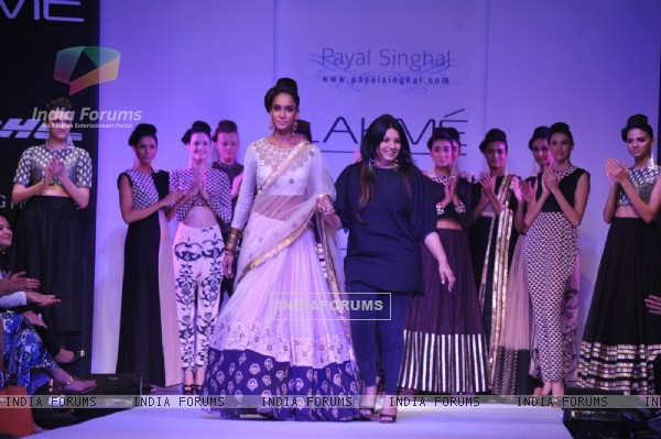 Lisa Haydon with Payal Singhal at LFW 2013