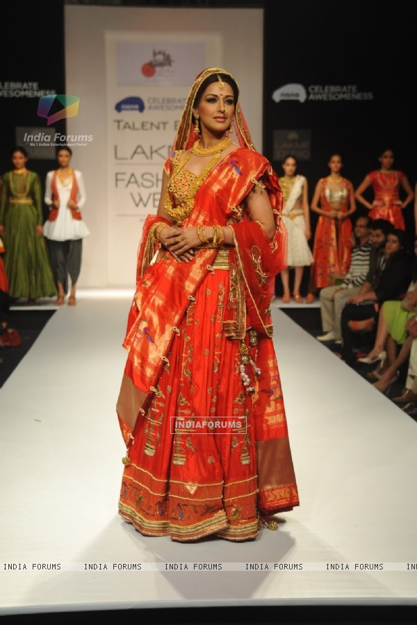 Sonali Bendre walks d ramp at LAKME FASHION WEEK 2013
