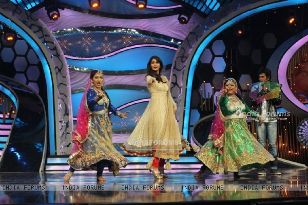Vani dances with the contestants on DID Super Moms