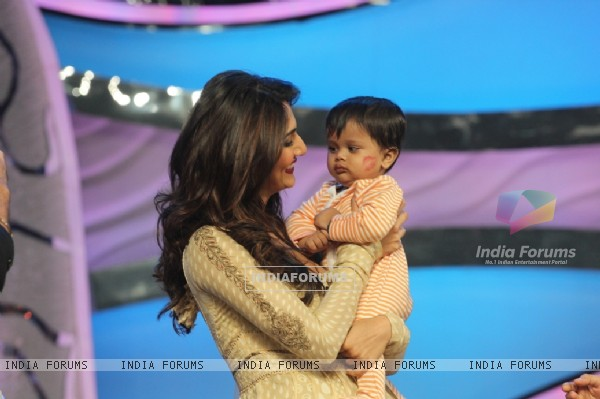 Vani plays with Sharddha's kid on DID Super Moms
