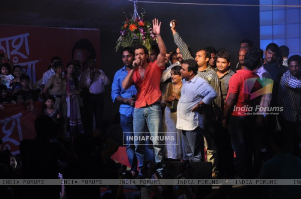 Hrithik Roshan cheers the crowd at Dahi Handi celebrations