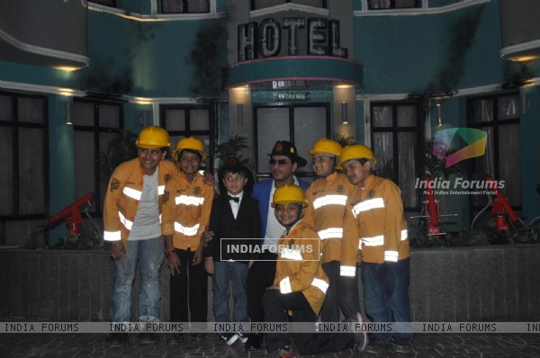 Shahrukh Khan poses with his team of fire fighters