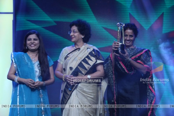 Sadna Sargam, Padmaja Pehnani & Hamsika Iyer, winner of Big Entertaining Singer of the Year