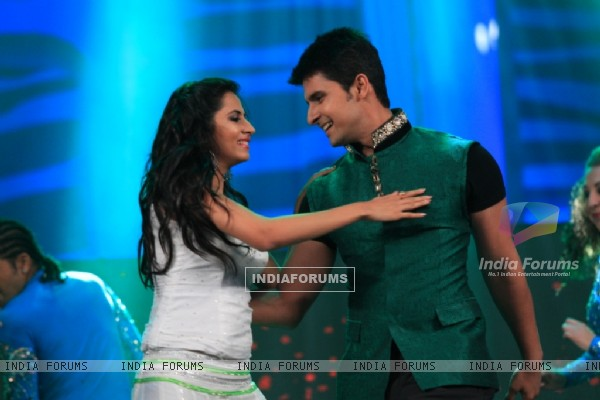 Ravi Dubey and Sargun Mehta performing at the SAIFTA Award ceremony
