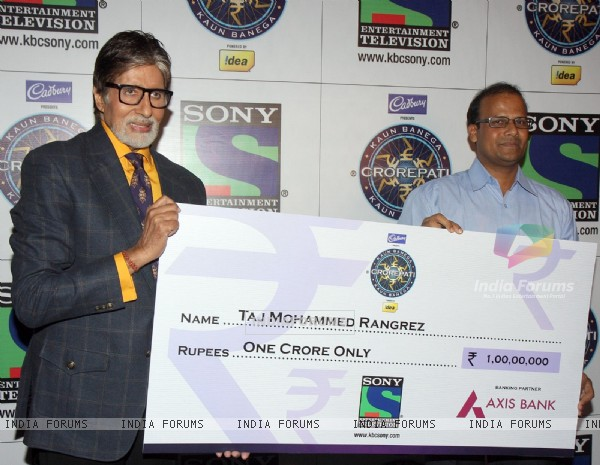 Amitabh Bachchan announces the first Crorepati of KBC 2013