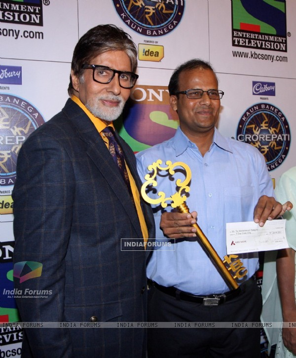Mr Taj Mohammad Rangrez, the 1st crorepati of KBC season 7 holds his cheque of Rs. 1 crore