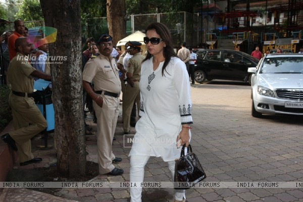Poonam Dhillon arrives for the prayer meet of Madhuri Dixit's father