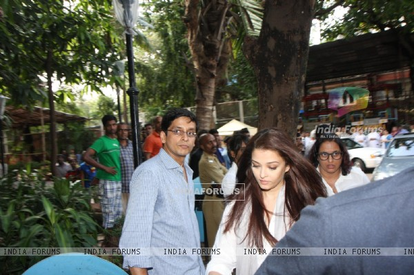 Aishwarya Rai Bachchan was at the prayer meet of Madhuri Dixit's father