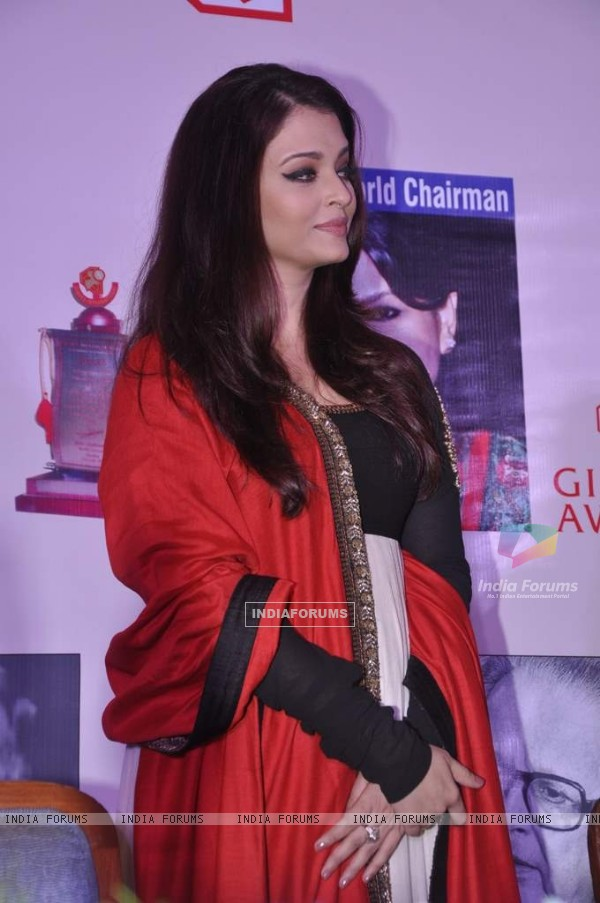 Aishwarya Rai Bachchan looks ravishing at the Giants International Annual Awards