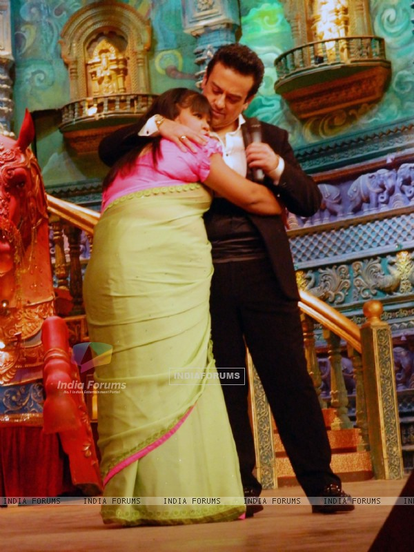 ADNAN SAMI PERFORMS WITH BHARTI ON COMEDY CIRCUS KE MAHABALI
