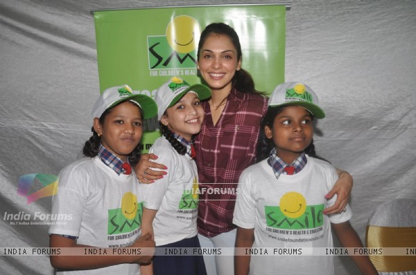 Eesha Koppikar celebrates her birthday with children of Smile Foundation