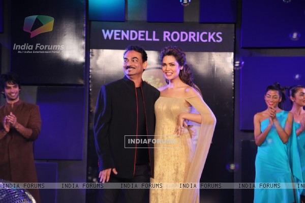 Esha Gupta walked the ramp at the Blenders Pride Fashion Tour