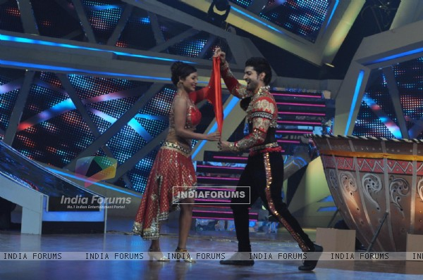 Gurmeet and Debina do the 'Rumal Aapka' step on Nach Baliye 6
