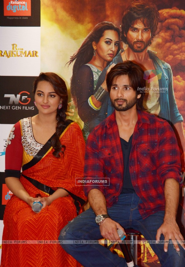 Sonakshi Sinha and Shahid Kapoor during R...Rajkumar promotions
