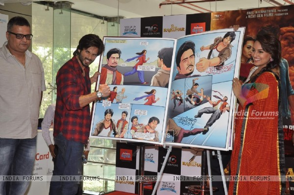 Shahid and Sonakshi pose alongside the R...Rajkumar comic during the promotions