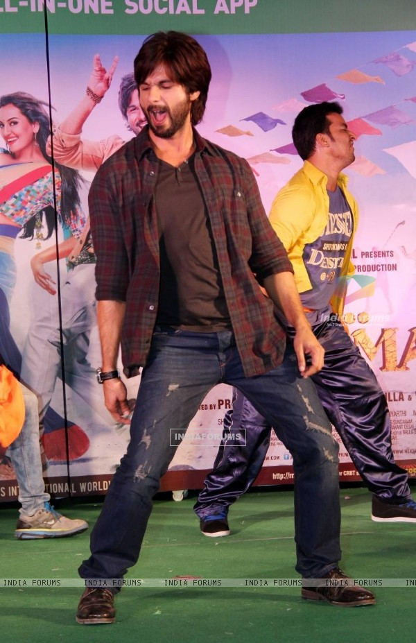 Shahid Kapoor performs at the Promotion of the R.... Rajkumar