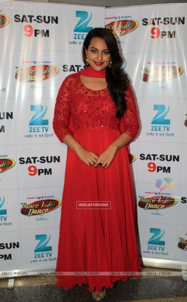 Sonakshi Sinha promotes Rajkumar on Dance India Dance