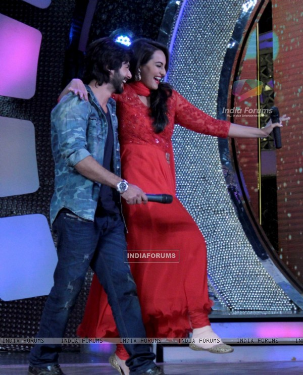 Shahid helps Sonakshi to walk on Dance India Dance