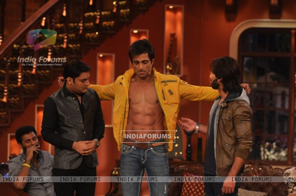 Sonu Sood shows of his body on Comedy Nights with Kapil