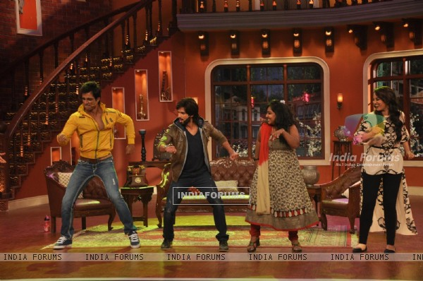 The cast of R....Rajkumar perform with a fan on Comedy Nights with Kapil