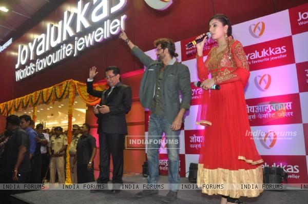 Hrithik inaugurates Joyalukkas jewellery showroom