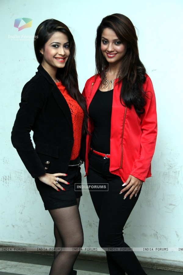 Dimple Jhangiani and Adaa Khan were seen at the Premiere of the play 'Sakaram Binder'