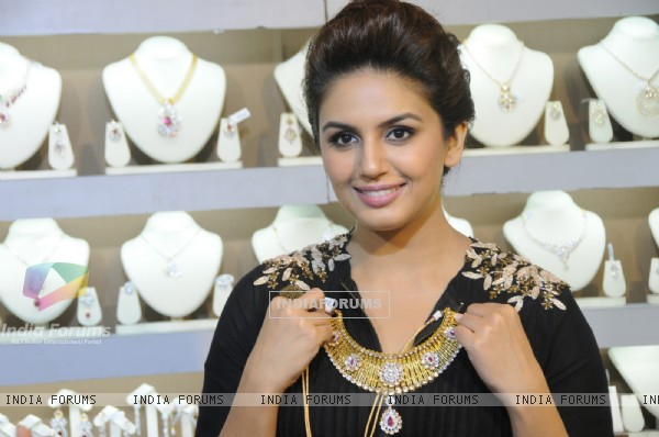 Huma Qureshi checks out the collection at Shagun 2014