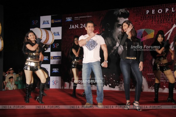 Salman Khan and Daisy Shah perform at the Promotions of Jai Ho at Inorbit Mall