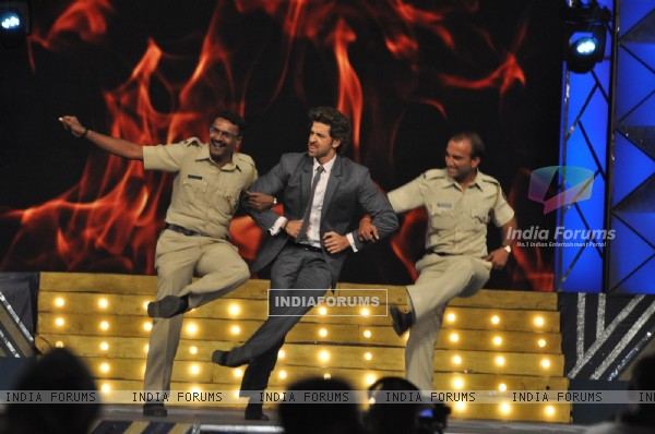 Hrithik Roshan performs with officers from India Police at Umang 2014