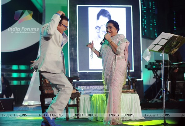 Anu Kapoor and Asha Bhosle perform at Utsav 2014 Rahul Ki Asha