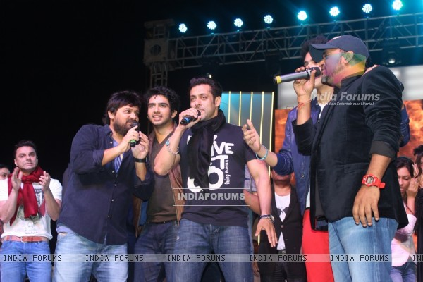 Salman Khan and Sajid-Wajid perform at the Worli Festival 2014