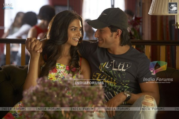 Lovable scene of Saif and Deepika (31350)