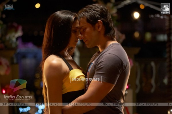Saif and Deepika romantic scene in Love Aaj Kal movie (31353)