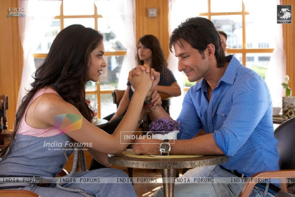 Saif and Deepika talking to each other (31354)